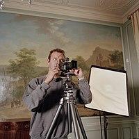 Kris Roderburg aan het fotograferen voor het RKD project - Unknown - 20381559 - RCE.jpg