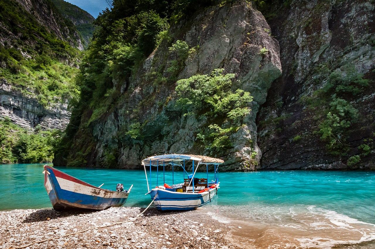 Ngarai-ngarai sempit dan bebatuan tinggi Danau Koman, di Pegunungan Alpen Albania, kadang-kadang mengingatkan kita pada fjord Skandinavia.