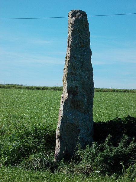 De menhir van Ozo, gezien vanuit het noordoosten