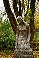 Leingarten - Großgartach - Friedhof - Grabskulptur trauerndes Mädchen 1.jpg