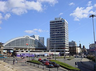 Liverpool Lime Street railway station - The station's frontage seen in 2006, including the Concourse House tower block and a row of shops, which were demolished in 2009.