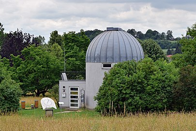 Linz-Waldegg - Sternwarte mit äquatorialer Sonnenuhr.jpg