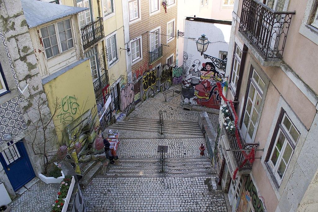 Escalier à Lisbonne et street art - Photo de Patrick Nouhailler