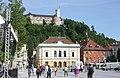 Ljubljana, Blick vom Kongressplatz zur Burg, die Philharmonie.JPG