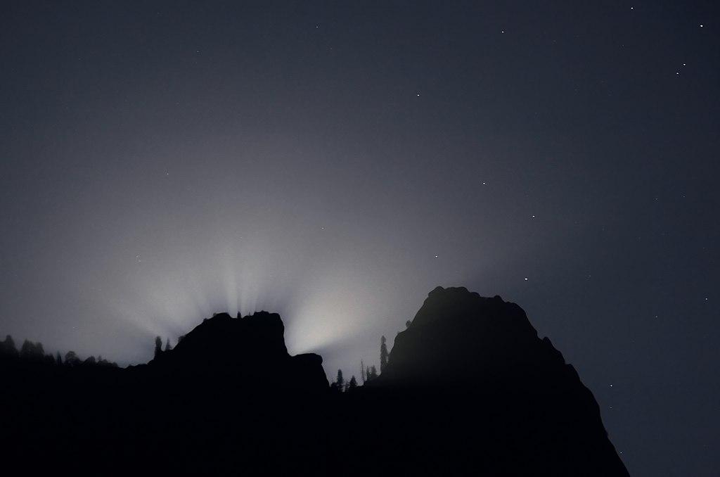 1024px-Lunar_Crepuscular_Rays_2.jpg