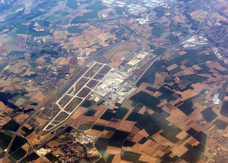 Aéroport de Lyon Saint Exupéry (ex-Satolas) vue du ciel. A 25 km de Lyon dans un paysage agricole. Photo de Hynek Moravec.