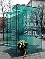 München, Kurt-Eisner-Denkmal m Kranz, 1.jpeg