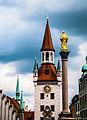 München, Marienplatz, Turm des alten Rathauses und Mariensäule (14063779964).jpg