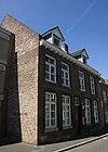 foto van Huis met brede lijstgevel.