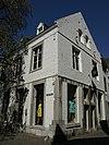 foto van Huis met lijstgevel, voorzien van horizontale reliefbanden.