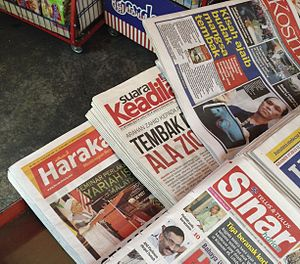Media of Malaysia - Opposition newspapers with some pro-government newspapers on sale in Kuala Lumpur, from bottom Sinar Harian, Harakah, Suara Keadilan and Kosmo!.
