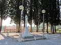 Marti, monumento ai caduti davanti alla pieve.JPG
