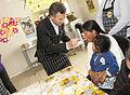 Mauricio Macri asistió a un taller sobre alimentos para celíacos en un comedor comunitario de Villa Soldati (8031088100).jpg