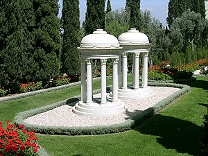 Ásíyih Khánum - The graves of Ásíyih Khánum and Mirzá Mihdí within the Monument Gardens.