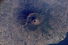 Il complesso Somma-Vesuvio visto dal satellite, in una fotografia della NASA. È ben distinguibile il cono del Vesuvio col suo cratere, e in direzione nord, l'unico versante del Monte Somma.