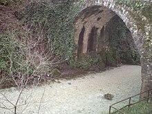 Il fiume Calore scorre sotto il ponte romano del I secolo a.C., detto della Lavandaia