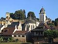 Montignac - Maisons sur le quai rive droite avec l'église et le château.JPG