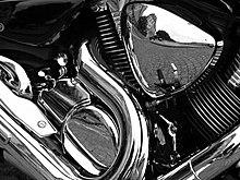 Motociclo con parti cromate (lucide)