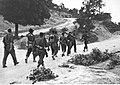 Niemiecki pododdział uderzeniowy w czasie marszu na drodze w Toskanii (2-2337).jpg