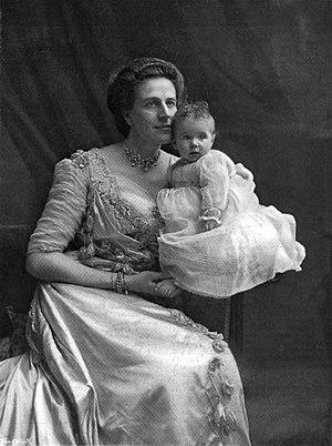 Nina Douglas-Hamilton, Duchess of Hamilton - The Duchess of Hamilton with her 2nd daughter Margaret