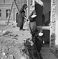 Nonnen op ladder tegen taluud van kelder, Bestanddeelnr 191-1172.jpg