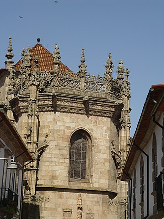 Braga Cathedral - View of the main chapel of the Cathedral of Braga, built in manueline style in the early 16th century. Under the window there is a Madonna with the Child under a gothic canopy between the coat-of-arms of Portugal (left) and that of Archbishop Diogo de Sousa (right).