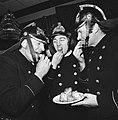 Oliebollen eten, brandweerlieden eten oliebollen, Bestanddeelnr 926-9076.jpg