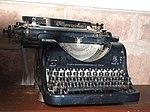 Olympia Schreibmaschine aus Erfurt fotografiert im Schloss Duwisib.jpg