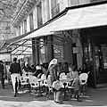 Ontmoeting op het terras van café-restaurant Deux Magots in Saint-Germain-des-Pr, Bestanddeelnr 254-0435.jpg