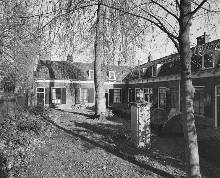 Bestand overzicht gedeelte van het hofje met binnentuin en hardstenen pomp utrecht 20348923 - Het upgraden van m ...