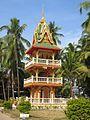 Pagode schlank dreistöckig Wat Ong Theu Vientiane Laos.jpg