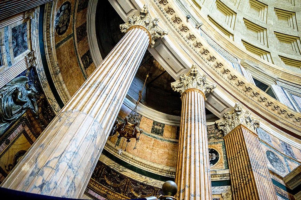 Colonne et détails de l'architecture intérieur du Panthéon à Rome. Photo de Kailash U