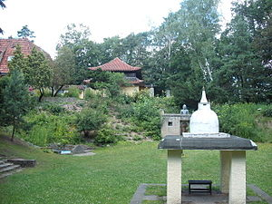 Das Buddhistische Haus - The garden and view of one of the buildings of the temple which is inspired by traditional Sri Lankan architecture.