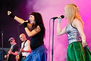 Paulan ja Miran Molemmat Puolet, stage.jpg