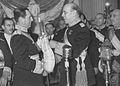 Perón recibe los atributos de mando.jpg