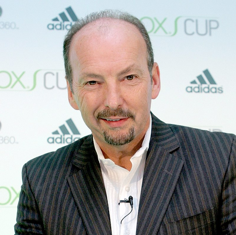 https://upload.wikimedia.org/wikipedia/commons/thumb/e/e1/Peter_Moore_at_Xbox_Cup_2006.jpg/800px-Peter_Moore_at_Xbox_Cup_2006.jpg