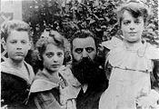 PikiWiki Israel 28527 Herzl with his kids.jpg