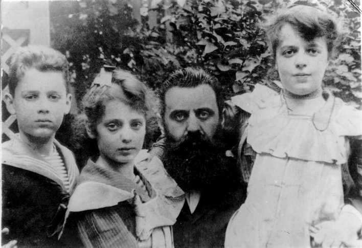 PikiWiki Israel 28527 Herzl with his kids
