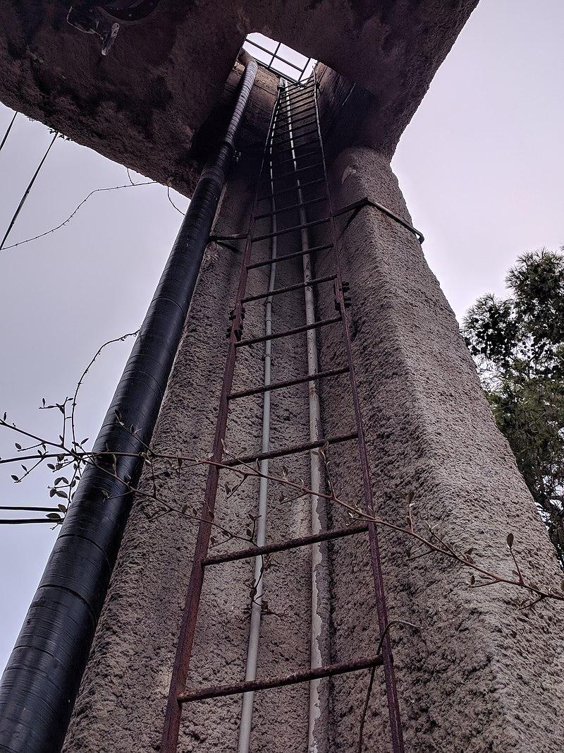 מגדל המים במשמר השרון - הסולם אל ראש המגדל