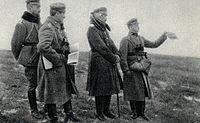 Por. Bold i płk Zieliński na punkcie obserwacyjnym w czasie strzelania.jpg