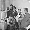 Portable televisie voor Johnny Kraaijkamp John Pimms, Rim en Johnny Kraaijkamp,, Bestanddeelnr 913-1278.jpg