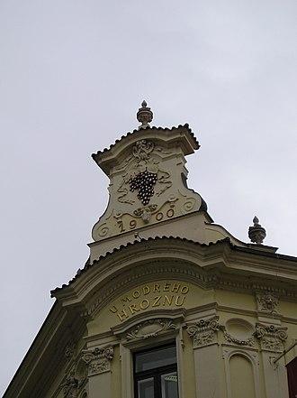 Facade - Image: Praha gevel u modreho hroznu