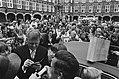 Prinsjesdag miljoenennota minister Duisenburg deelt handtekeningen uit, chauff, Bestanddeelnr 929-3555.jpg