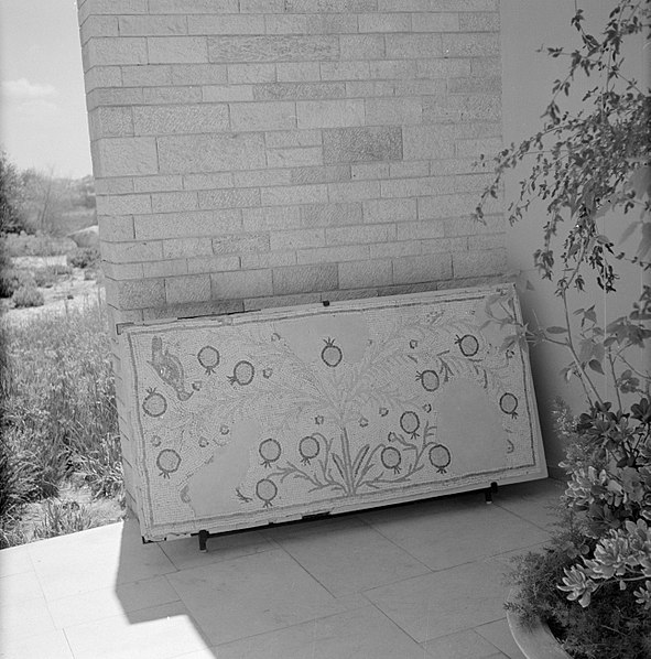 File:Quasileh, glasmuseum Deel van een glasmozaiek met vegetatiemotief, Bestanddeelnr 255-3787.jpg