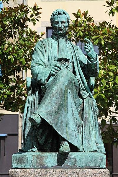 Statue de René-Théophile-Hyacinthe Laennec sur la place Saint-Corentin à Quimper.Sculpteur Eugène-Louis Lequesne, installée en 1868.
