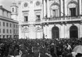 Revolução de 14 de Maio de 1915 - a população em frente aos Paços do Concelho assiste à proclamação da Junta Revolucionária.png