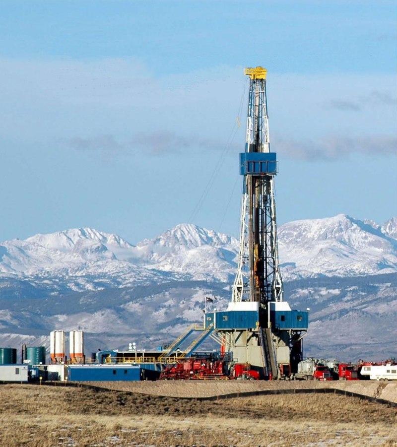 Schiefergasbohrung in der Pinedale-Antiklinale im US-Bundesstaat Wyoming, im Hintergrund die Rocky Mountains. Bild: wikimedia.org/PD