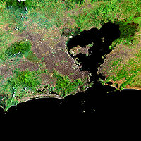 Conurbação entre as cidades da Região Metropolitana do Rio de Janeiro. A capital fluminense encontra-se no centro da imagem, na margem oeste da baía de Guanabara.