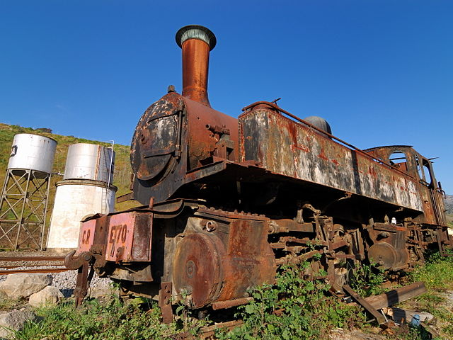 Rusty steam locomotive in Tua train station