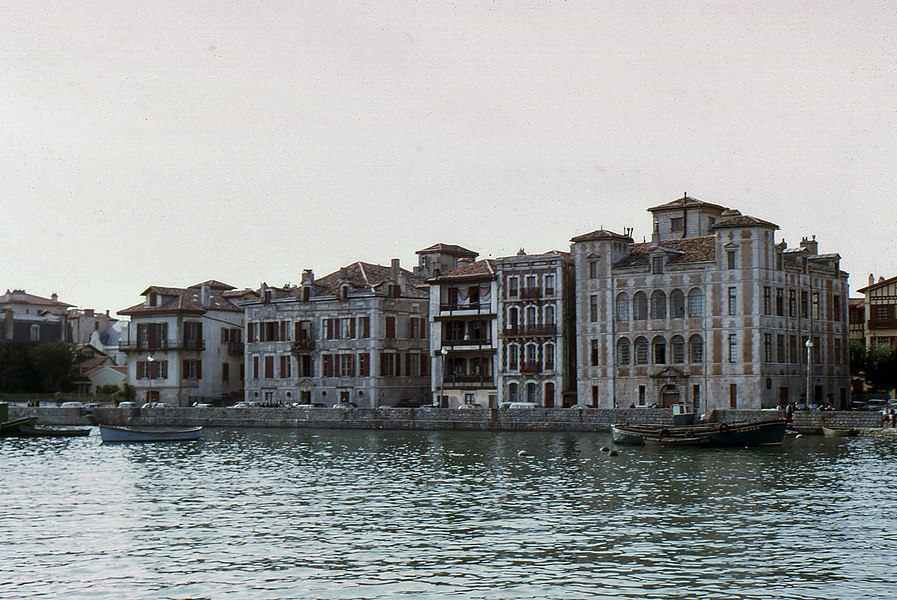 The Maison de l'Infante before the invasion of the port ...